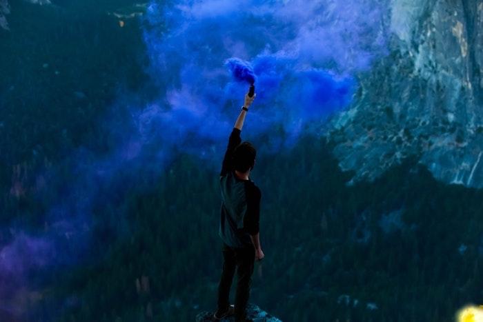 Fumo di colore blu, ragazzo in montagna, wallpaper per il tablet