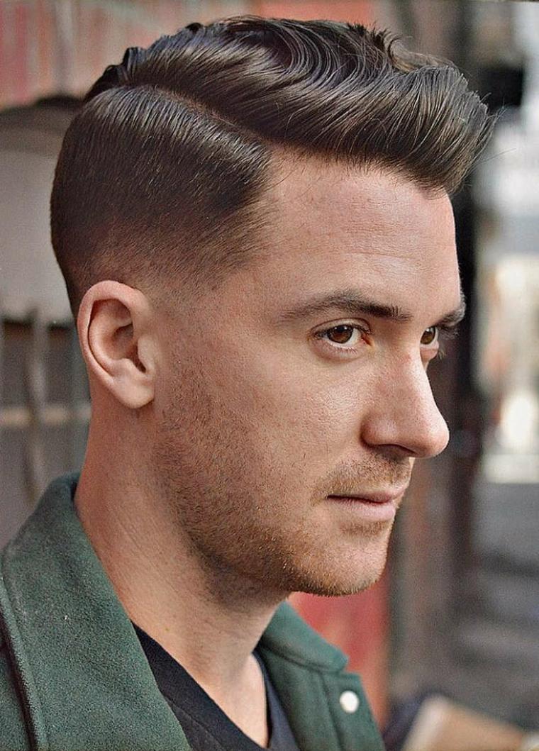 Ragazzo con taglio corto ai lati, colore capelli castani chiari, viso di profilo