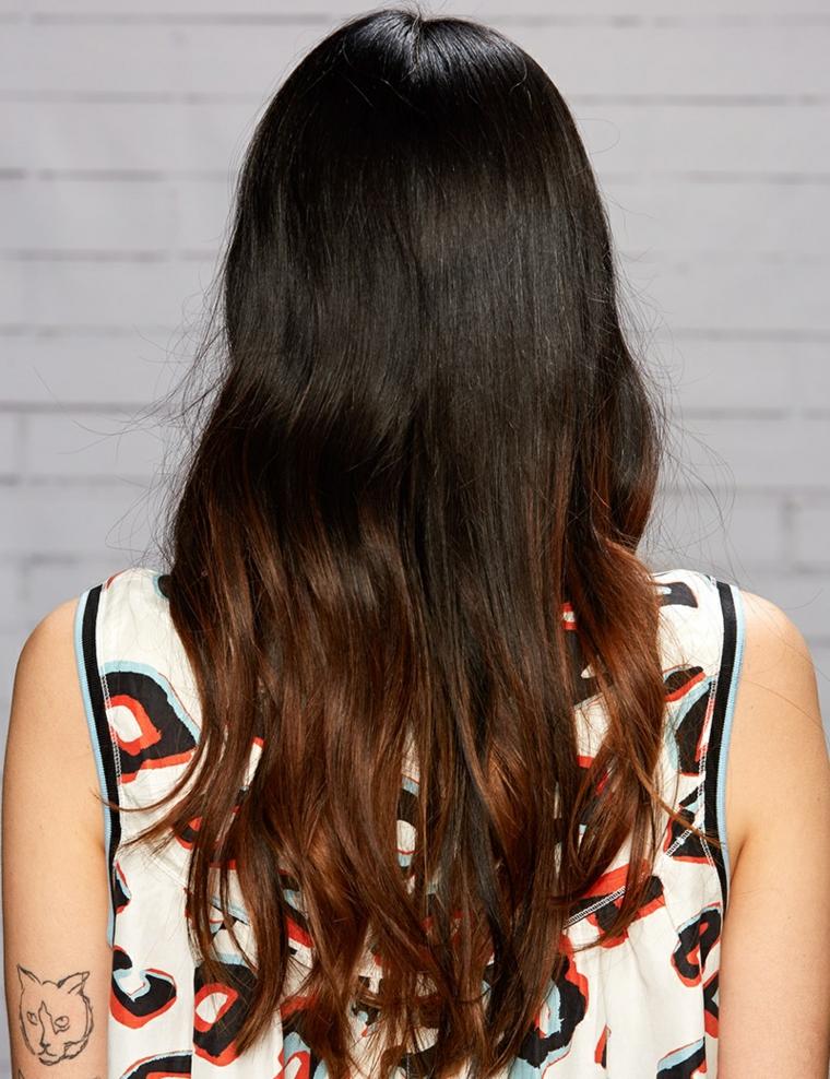 Degradè capelli castani, capelli lunghi mossi, ragazza con tatuaggio braccio