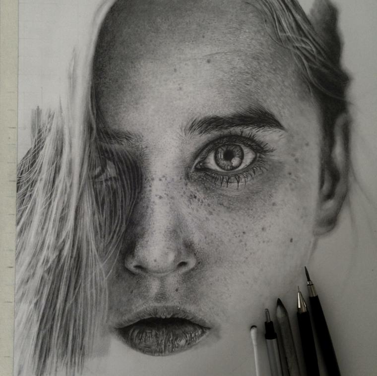 Ritratto femminile, donna con lentiggini, disegnare con le matite
