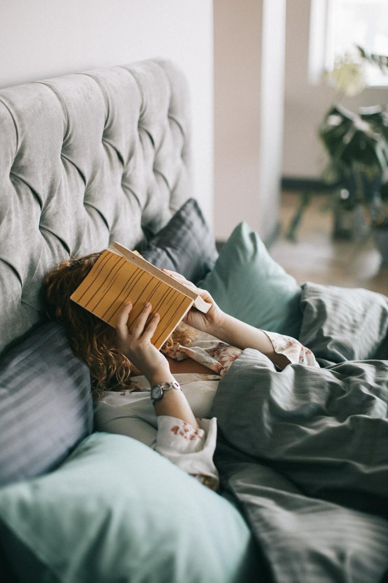 Augurare buongiorno, colazione a letto, leggere un libro a letto