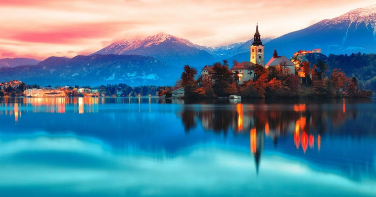 Lago con riflessi, foto dell'alba. foto di buongiorno