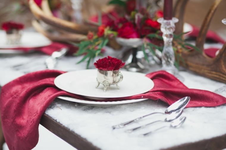 Addobbi natalizi fatti a mano, segnaposti con fiori, tovagliolo di colore rosso