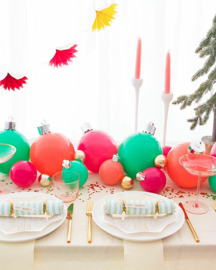 Addobbi natalizi fatti a mano, palline di plastica colorate, ghirlanda con figurine di carta