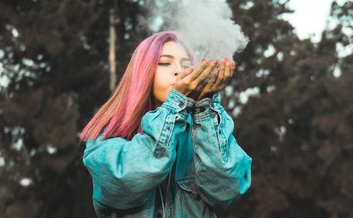 Ragazza con capelli colorati, idea sfondo tablet