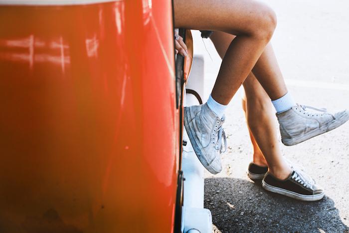 Foto artistiche tumblr, macchina di colore rosso, gambe di uomo e donna