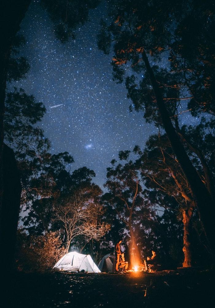 Campeggio in foresta, wallpaper tumblr, tende e uomini
