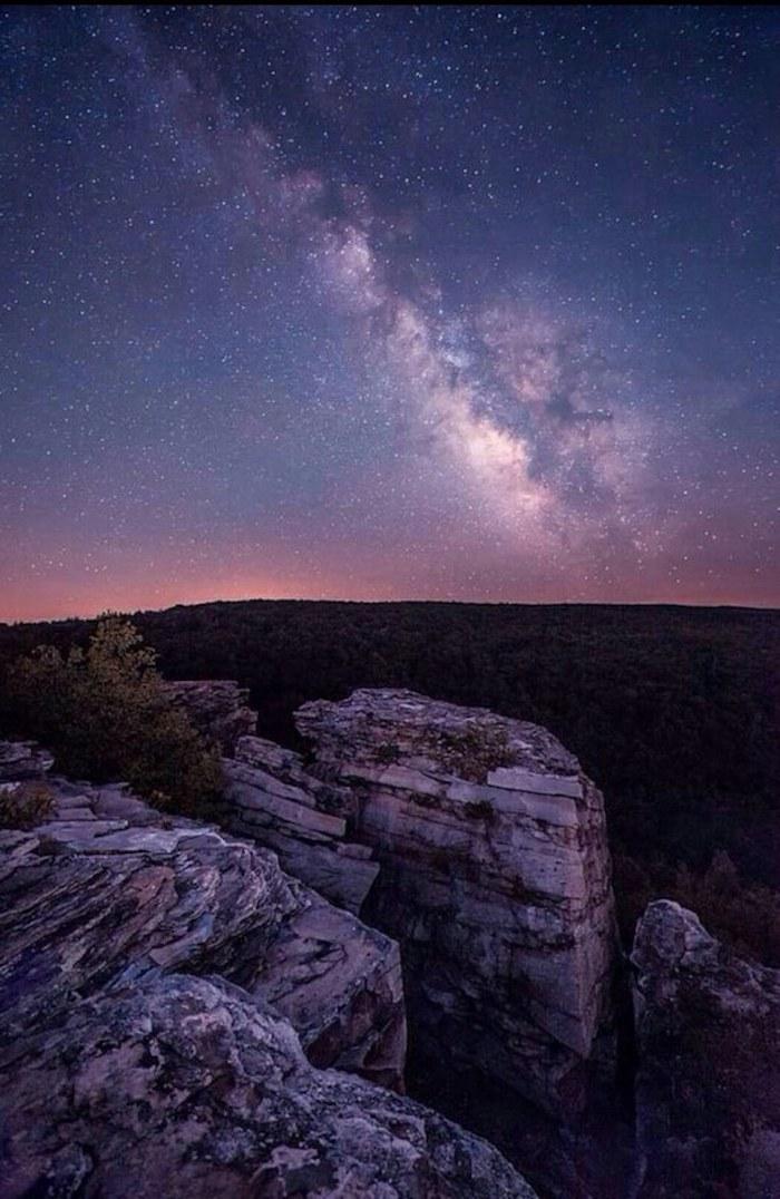 La foto di una montagna di notte, la via lattea, foto come sfondo per il telefono