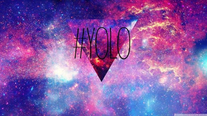 Disegno grafico di un triangolo, scritta con Hashtag, sfondo per il telefono