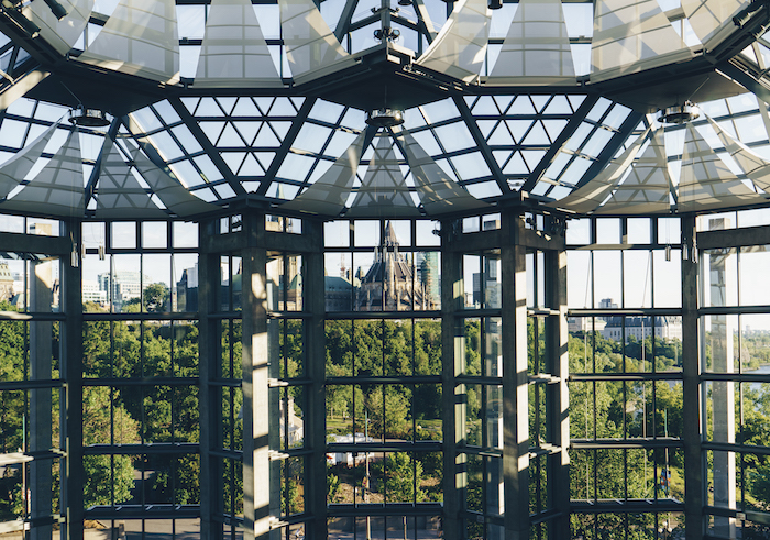 Vista di una città, vetrate con pergolato, sfondo per il computer