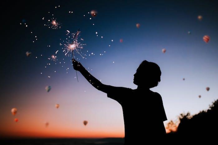 Foto artistiche tumblr, foto di un ragazzo, cielo con mongolfiere