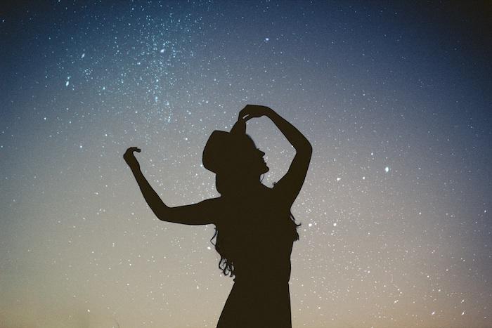 Silhouette di una donna, cielo con stelle, sfondo per il tablet