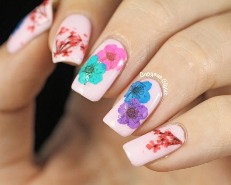 Unghie semplici gel, smalto colore rosa, disegni di fiori