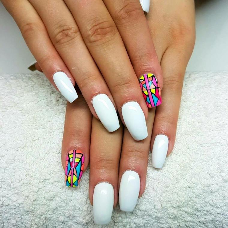 Unghie semplici gel, smalto colore bianco, disegni sulle unghie