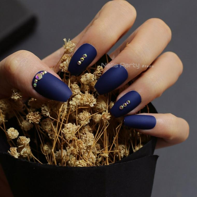 Unghie lunghe, smalto colore blu, decorazioni con brillantini, unghie semplici gel