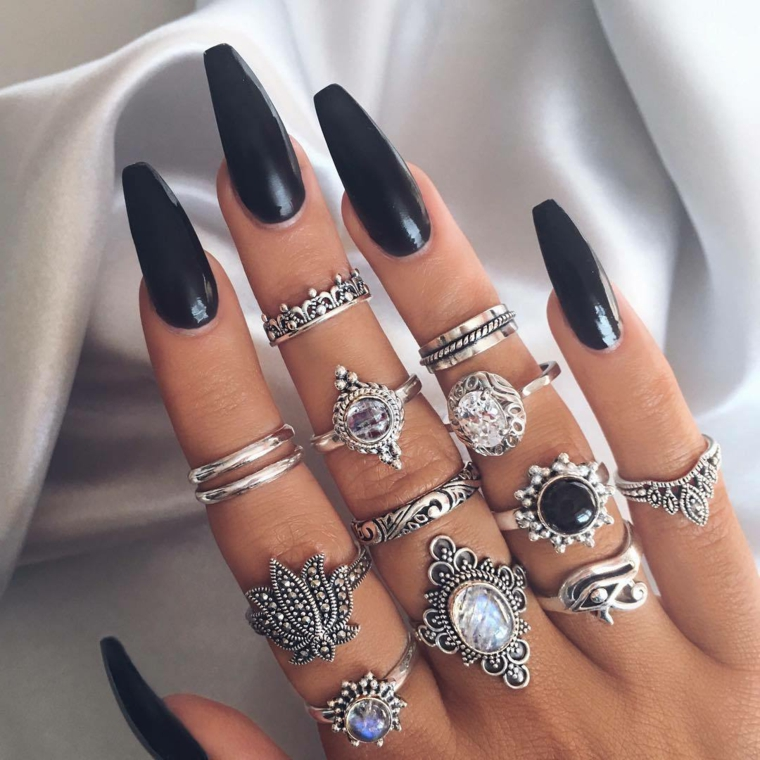 Ricostruzioni unghie corte, smalto colore nero, anelli in argento