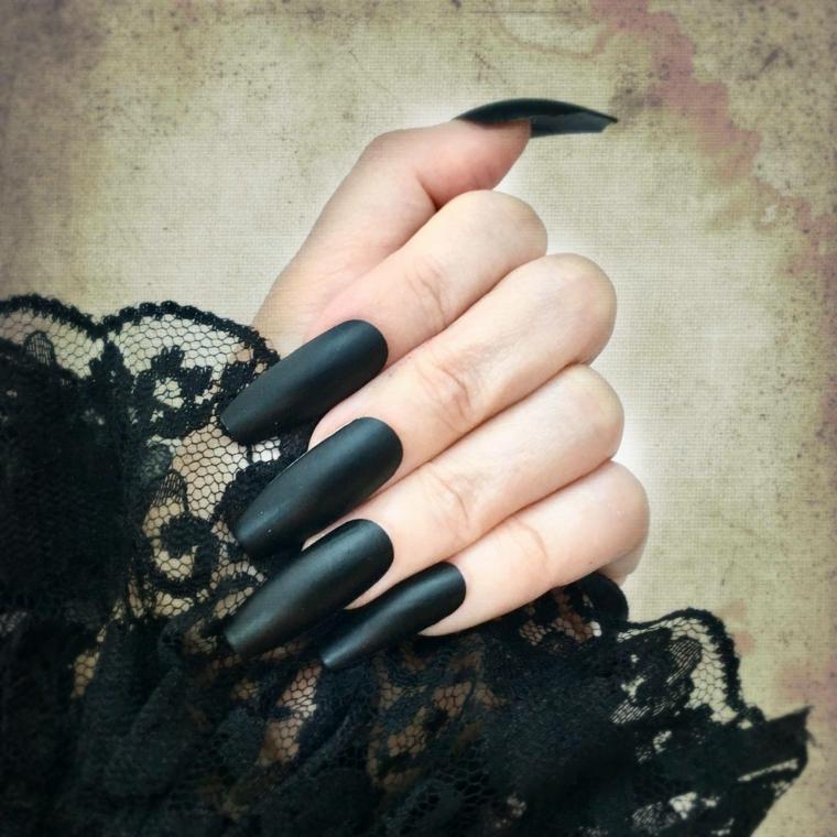 Unghie colore nero, maglietta effetto pizzo, unghie lunghe