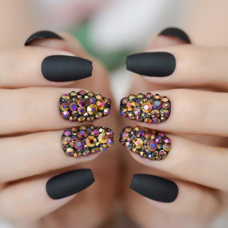 Unghie semplici ma belle, smalto nero opaco, decorazioni con brillantini