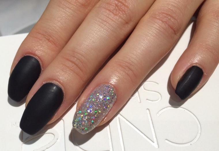Forme unghie gel, smalto colore nero, accent nail argento glitter
