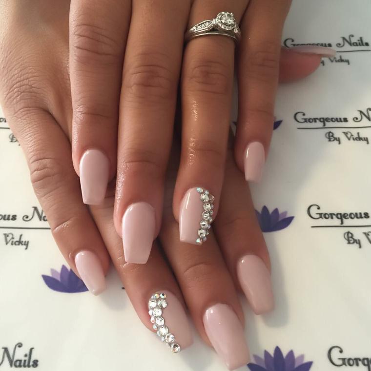 Unghie color cipria, smalto colore rosa, decorazioni unghie con brillantini