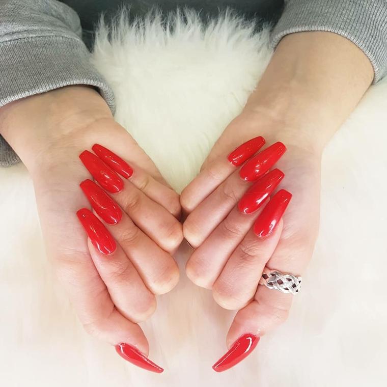 Unghie quadrate, smalto colore rosso, unghie lunghe