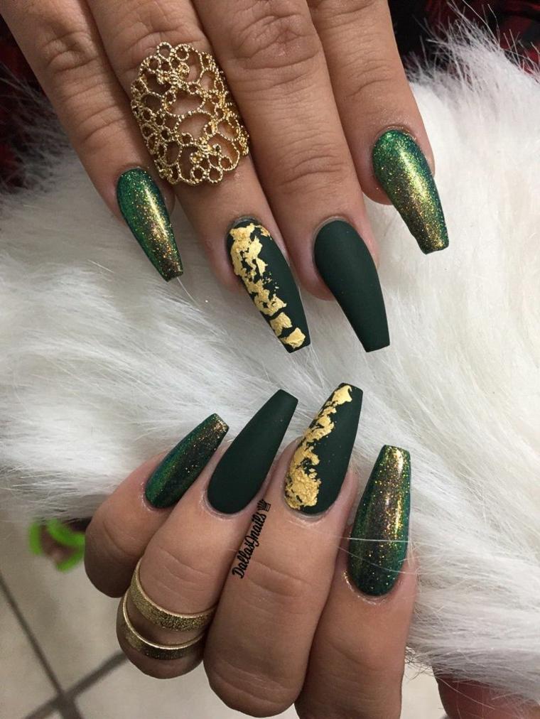 Ricostruzione unghie corte, smalto verde opaco, anello in oro