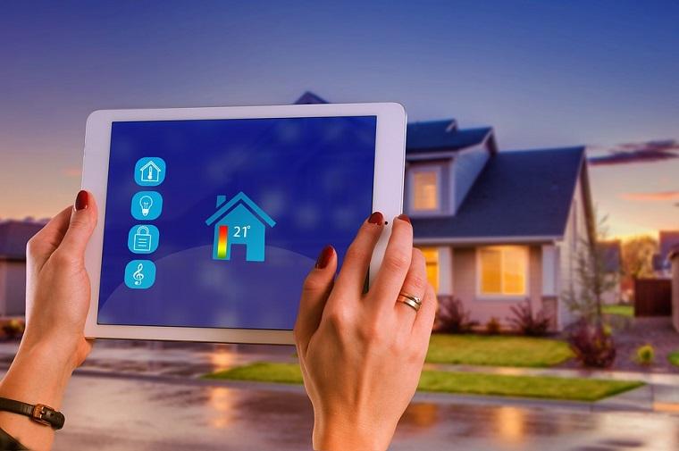 Impianto elettrico domotico, tablet in mano, gestire la casa