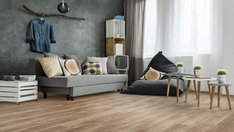 Pavimenti in pvc ad incastro, soggiorno con divano, tavolini di legno