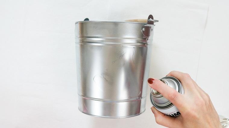 Centrotavola natalizio idee, spruzzare la vernice, secchio di metallo