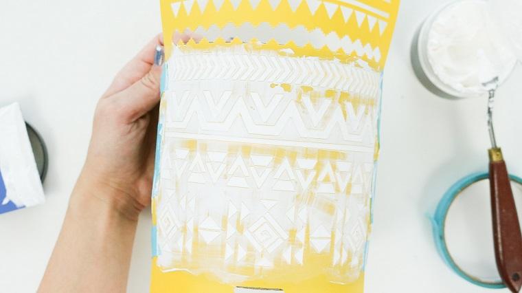 Centrotavola pasquali fai da te, stencil con forme geometriche, stucco in pasta bianco