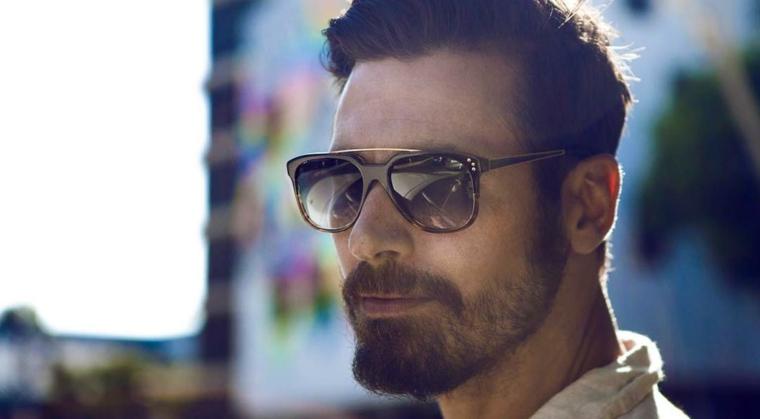 Uomo con capelli castani, pettinature uomo, uomo con occhiali da sole