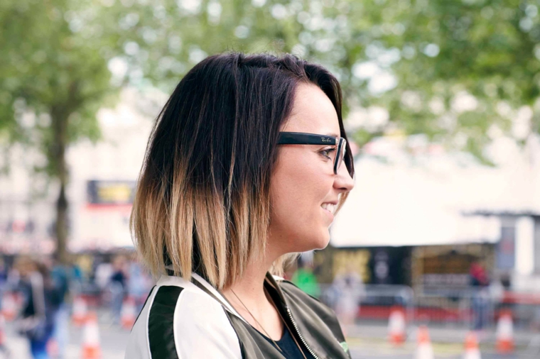 Taglio capelli caschetto, ombrè biondo, ragazza con occhiali da vista