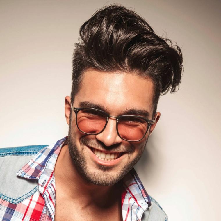 Uomo con acconciatura pompadour, ragazzo con barba, capelli colore castano con riflessi