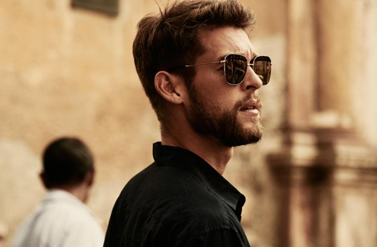Ragazzo con barba, capelli mossi, pettinature uomo, camicia di colore nero