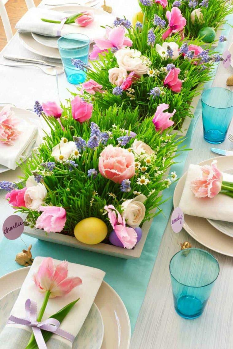 Centrotavola con fiori, uova di Pasqua dipinte, tavola apparecchiata