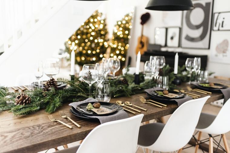 Centrotavola con le pigne, tavola apparecchiata, tavolo di legno