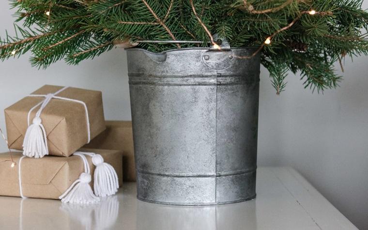 Addobbi natalizi fatti a mano, secchio di metallo, albero natalizio in secchio