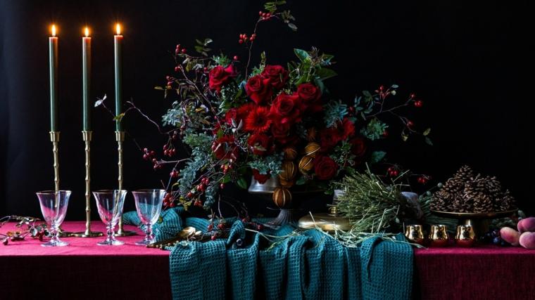 Centrotavola con le pigne, tavola apparecchiata, vaso con fiori