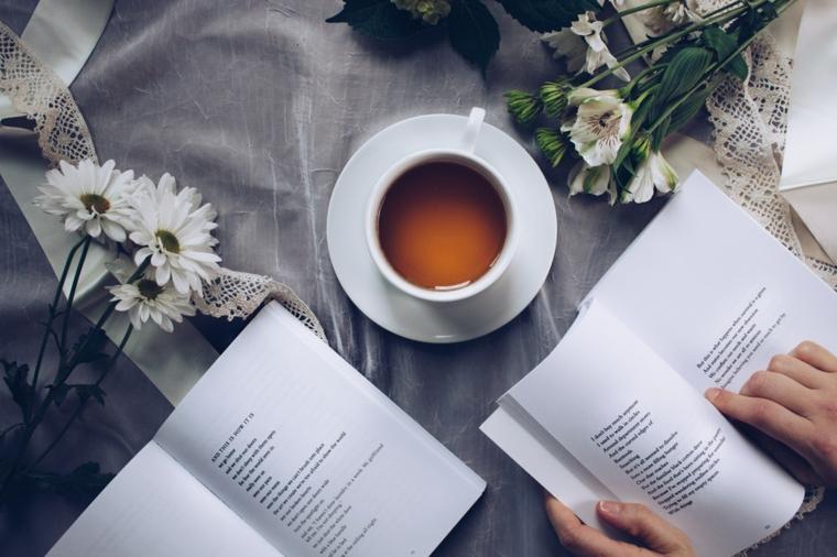 Mazzi di fiori freschi, tazza con la tisana, frasi buongiorno simpatiche