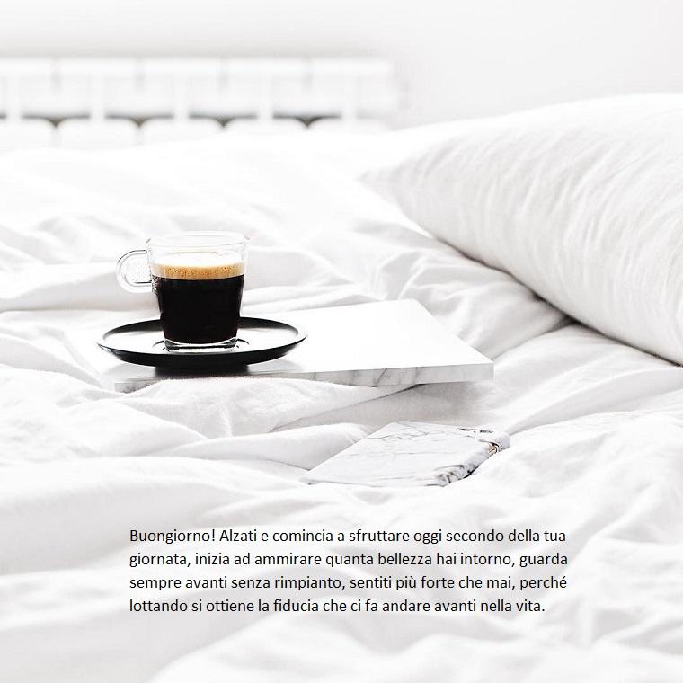 Colazione a letto, saluti divertenti, tazza di caffè, foto con citazione