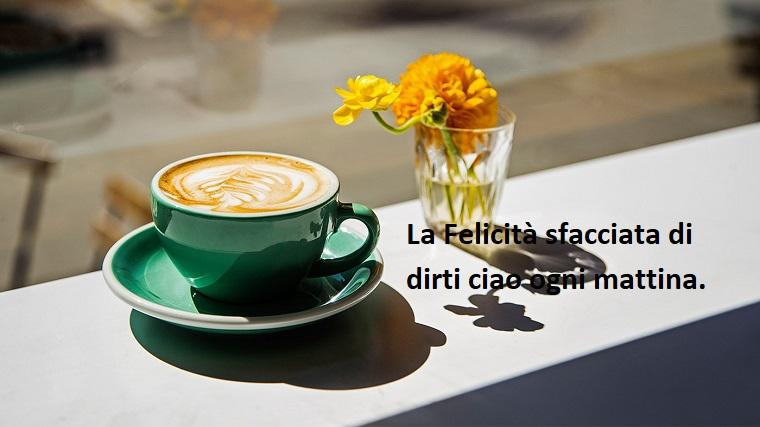 Frasi buongiorno simpatiche, tazza con cappuccino, bicchiere con fiori freschi