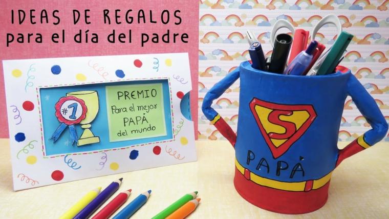 Portapenne di superman, tazza colorata, cartolina per il giorno del papà