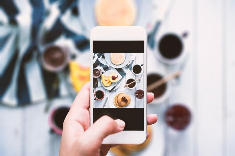 Fotografare la colazione, telefono in mano, augurare buongiorno