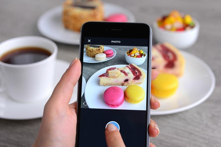 Fotografia della colazione, macaron colorati, augurare buongiorno