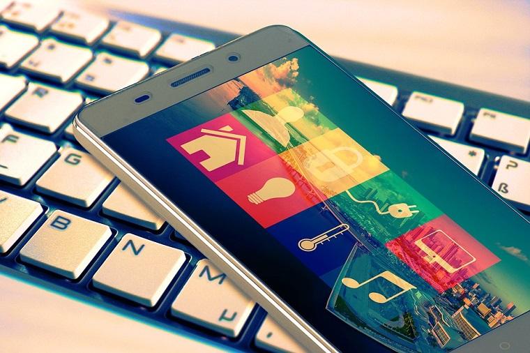 Domotica bticino, telefono con App, tastiera bianca computer