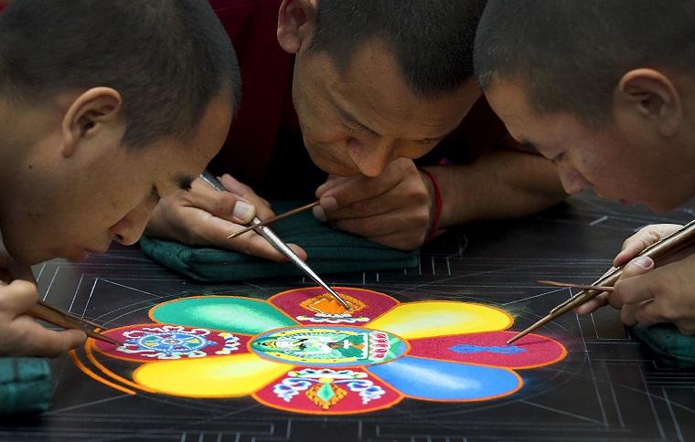 Uomini che disegnano, disegno di un mandala, mandala significato simbologia