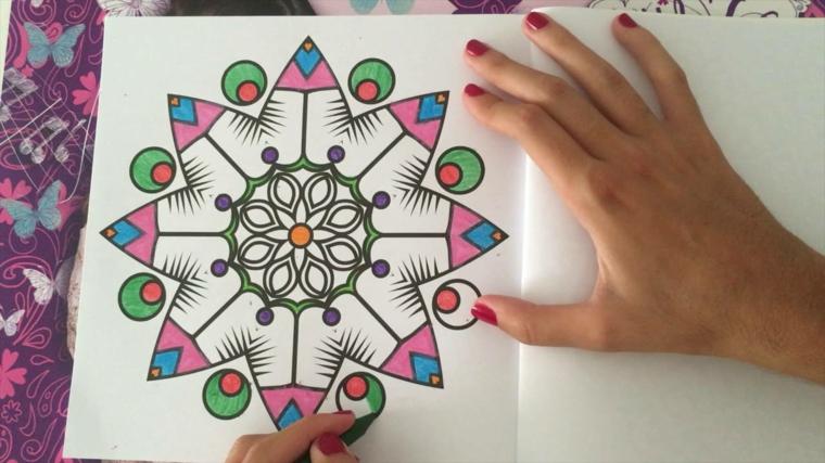 Mandala da colorare e stampare, disegno con pennarelli, mani di una donna