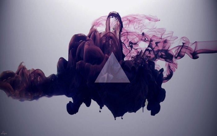 Nube di fumo di colore viola, disegno grafico di un triangolo, sfondo per il computer