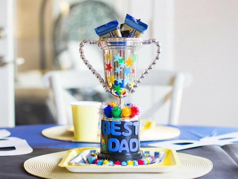 Trofeo con caramelle, festa del papà lavoretti, scritta con gomma eva