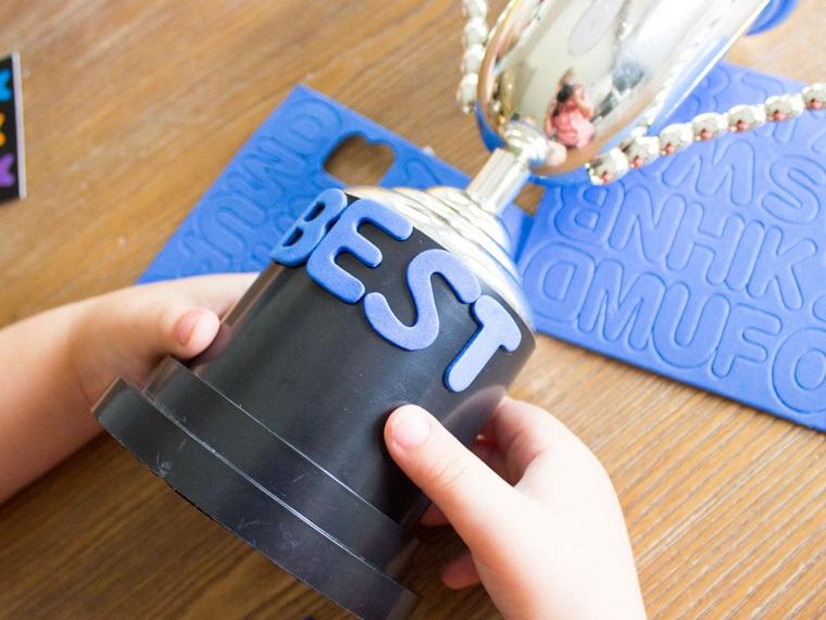 Lavoretti papà scuola primaria, scritta con gomma eva, trofeo di metallo